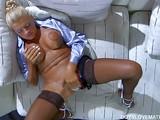 Evde mastürbasyon yapan kocaman amcıklı yaşlı kadın