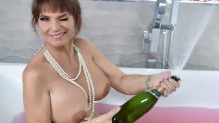 Banyoda şampanya patlatan kadın üvey oğlunu bekledi