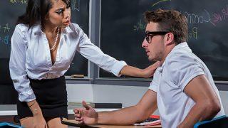 Sınav stresine giren öğrencisine amını öptürdü